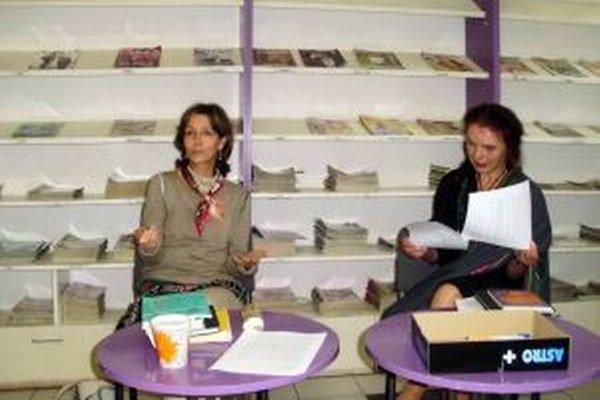 Stanislava Chrobáková-Repar (vľavo) a poetka Anka Ondrejková v Liptovskej knižnici.