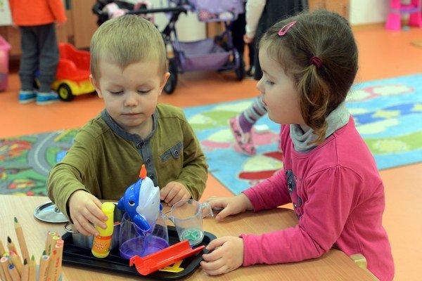 Pre porovnanie, v roku 2012 platili rodičia za dieťa v škôlke o polovicu menej ako majú   v budúcom roku, teda 10 eur mesačne.