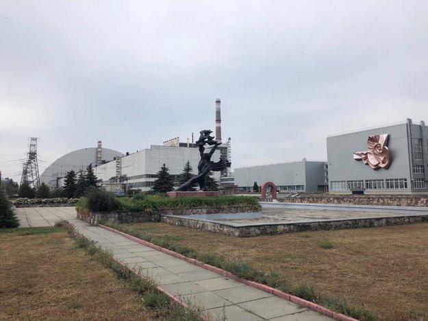Areál elektrárne Černobyl, v pozadí sarkofág vybuchnutého reaktora