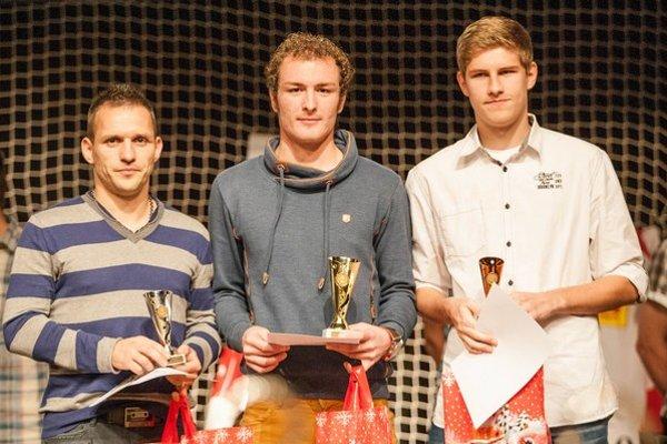 Najlepší hráči áčka. Na fotografii vľavo ocenení  divákmi (zľava) Ján Papaj, Ivan Lišivka a Tomáš Staš.