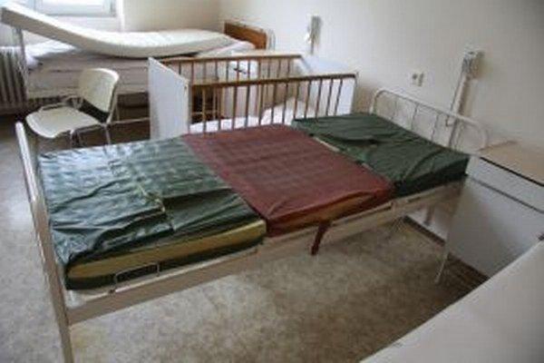 Staré postele sú už opotrebované, ale na nové budú musieť pacienti ešte počkať.