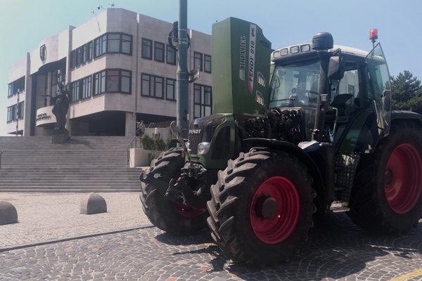 Na snímke protest farmárov pred Národnou radou Slovenskej republiky v Bratislave 20. júna 2018.