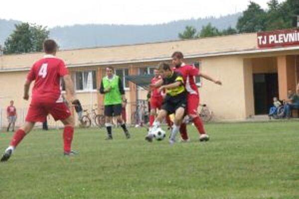 Víťazi turnaja Plevníčania (v červenom)vyradili najprv Praznov.