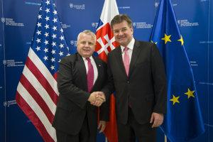 Na snímke vľavo štátny tajomník ministerstva zahraničných vecí Spojených štátov amerických John J. Sullivan a vpravo minister zahraničných vecí a európskych záležitostí SR Miroslav Lajčák počas prijatia 12. decembra 2018 v Bratislave.