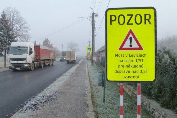 Nákladné autá nad 3,5 tony odkláňajú v Kalnej nad Hronom.