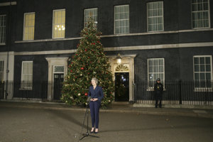 Mayová zatiaľ svoju vianočnú výzdobu na Downing Street baliť nemusí.