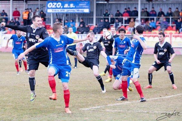 Domáci za nepriaznivého počasia vyhrali 2:0.