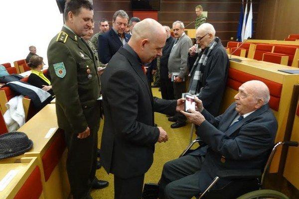 Ocenenie si účastníci bojov prebrali osobne alebo prostredníctvom príbuzných na radnici v Liptovskom Mikuláši.