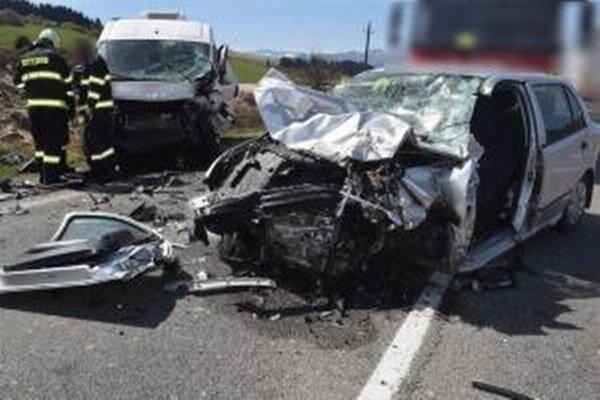 Vodička zo zatiaľ neznámych príčin prešla do protismeru a zrazila sa s oproti idúcim autom.