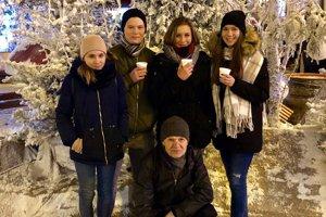 Zľava: Kamila Novotná, Rafael Knapík, Zuzana Ňakatová, Anna Klimeková, tréner Ján Šima.