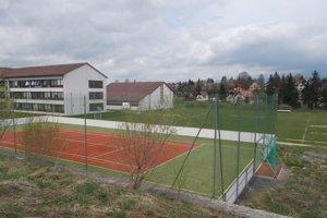 Ihriská sú súčasťou školského areálu, má k nim prístup aj približne dvesto žiakov miestnej školy.