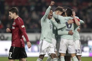 Futbalisti Bayernu Mníchov sa tešia z víťazstva nad Hannoverom.