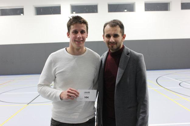Zľava najlepší hráč druhého kola Martin Kapšo a sponzor podujatia Róbert Palík.