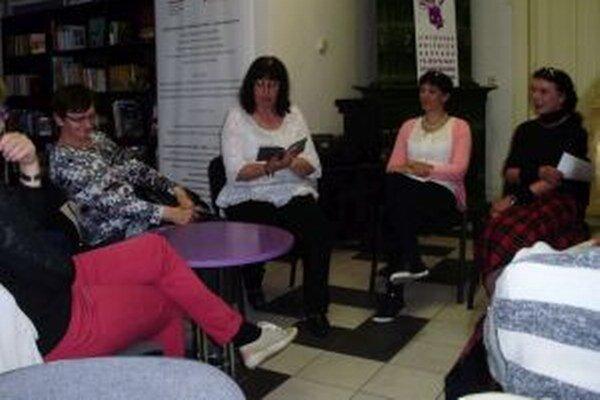 Podujatie čítaním odštartovala riaditeľka knižnice Marcela Feriančeková (tretia sprava).