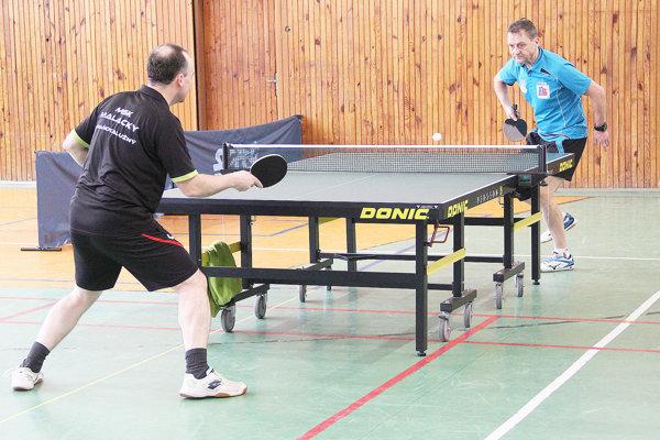 Miroslav Bednár (v modrom) je i napriek svojmu veku stále v dobrej forme.