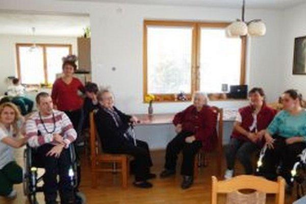Spoločný pobyt seniorov s telesne postihnutými v stacionári sa veľmi osvedčila.