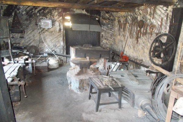 Vyhňa je vpôvodnom stave aj so všetkými nástrojmi. Naposledy vnej ohýbal železo Jozef Molek vsedemdesiatych rokoch.