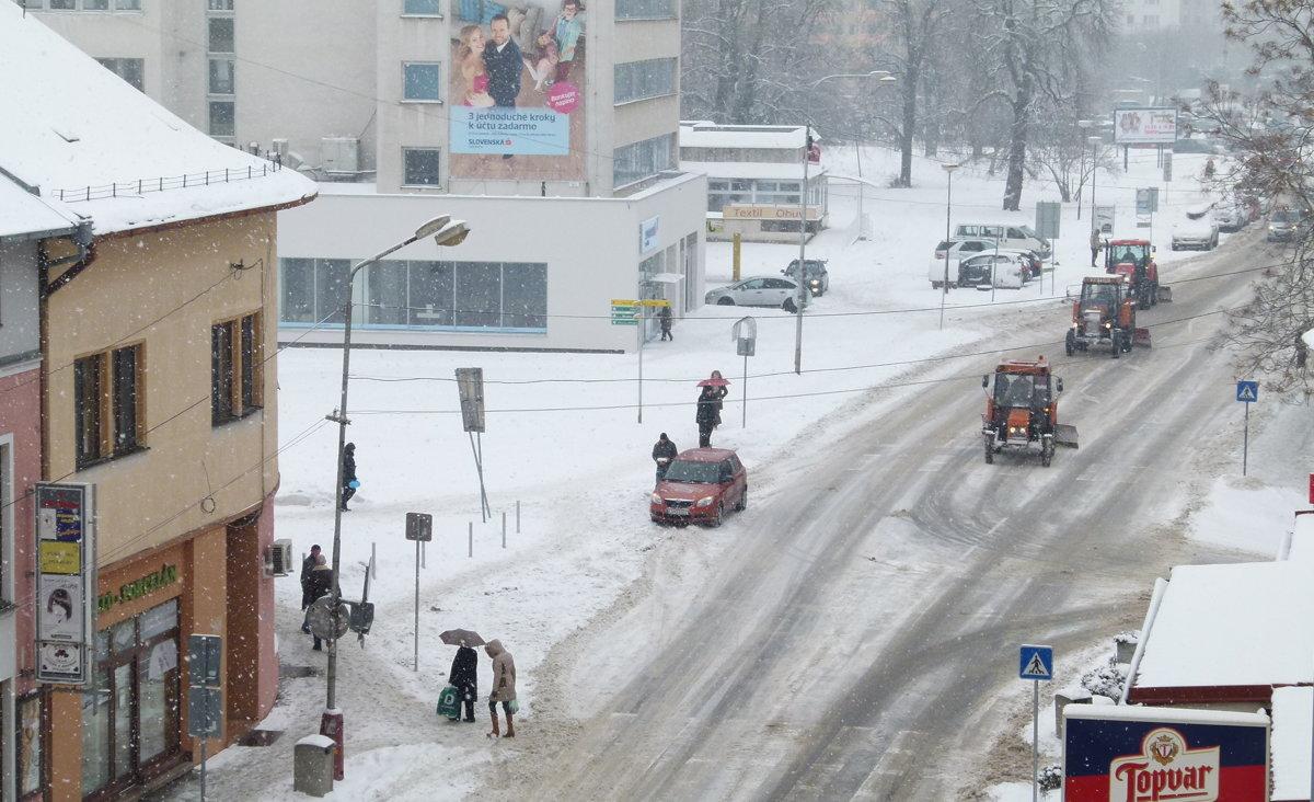 Autá stojace na chodníkoch bránia zimnej údržbe - mylevice.sme.sk 43a224539da