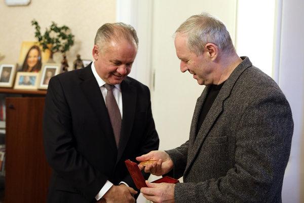 Prezident Kiska odovzdal Bezákovi dar od pápeža.