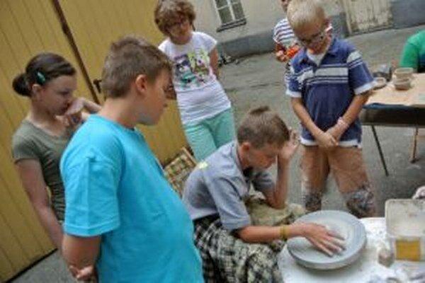 V tábore Šikovníček sa deti zoznámili s prácou rôznymi technikami a materiálmi.