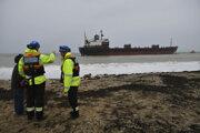 Uviaznutá ruská nákladná loď Kuzma Minin v utorok ráno v nepriaznivom počasí uviazla na pobreží anglického grófstva Cornwall.