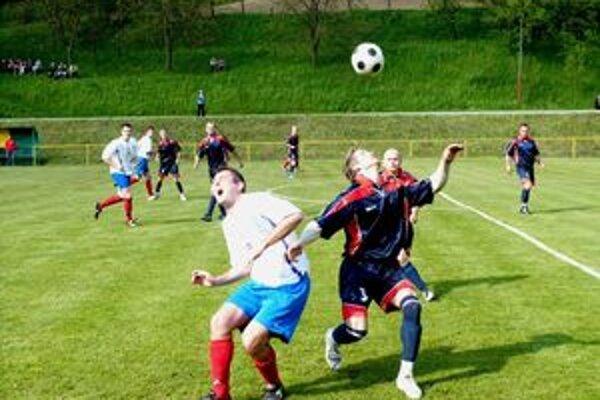 Po minulotýždňovej nútenej prestávke spôsobenej počasím pokračujú futbalové súťaže ´dalším kolom.