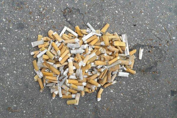 Nechutná vizitka po fajčiaroch na Choči.