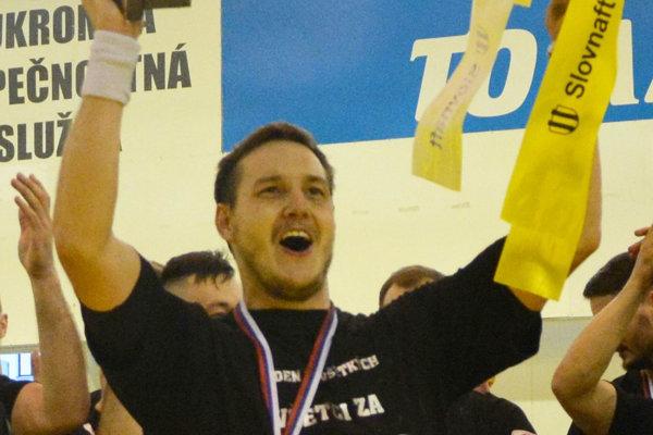Erik Žilinčík dvíha pohár za druhé miesto v Extralige z predchádzajúcej sezóny (2017/2018).