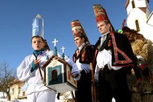 V Lome nad Rimavicou sa krásne zvyky udržali dodnes, každoročne tu organizujú pastierske hry vianočné.