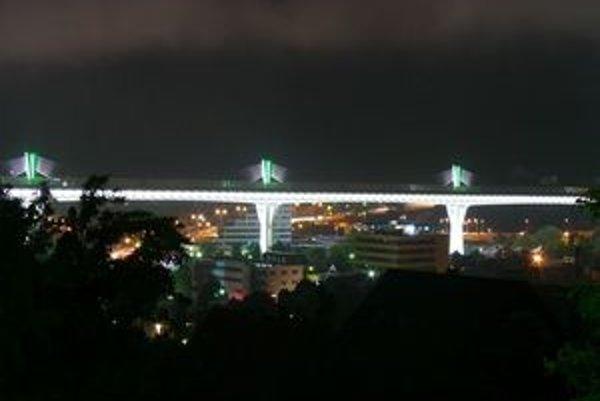 Rozsvietený diaľničný most.