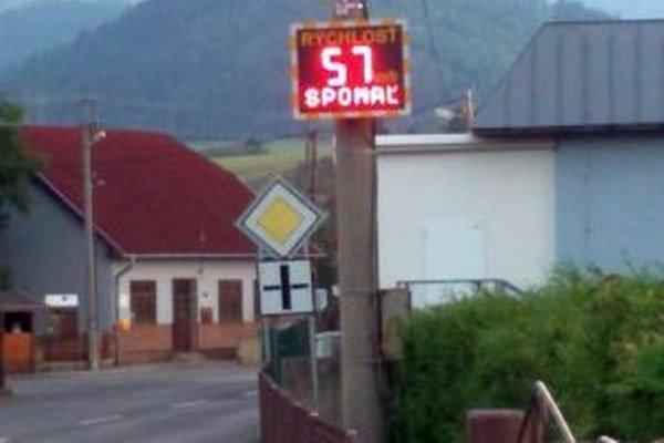 V obci je merač rýchlosti, ktorý často ukazuje prekročenie aj o dvadsať kilometrov za hodinu.