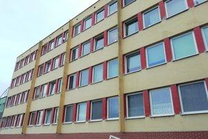 Budova sa nachádza na konci Štefánikovej.