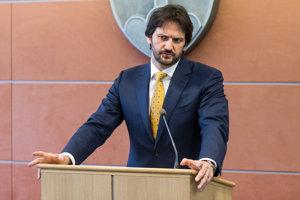 12. marca. Minister vnútra Robert Kaliňák oznámil, že odstupuje. Časť koaličného Mosta však žiadala aj odchod premiéra.