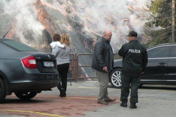 Polícia momentálne evakuovaným ľuďom vydáva potvrdenia, ktoré im nahrádzajú občianske a vodičské preukazy, keďže väčšina z nich prišla pri požiari aj o osobné doklady.