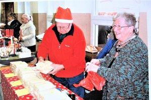 Manželia Vrabcovci na vianočných trhoch v Turčianskych Kľačanoch.
