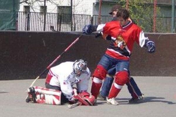 Hokejbalová liga pokračovala štvrťfinálovými zápasmi.