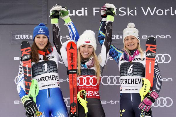 Víťazka slalomu Mikaela Shiffrinová (uprostred), druhá Petra Vlhová (vľavo) a tretia Švédka Frida Hansdotterová.