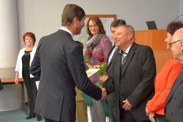 Primárovi chirurgického oddelenia Jánovi Drobčovi, ktorý je jedným z ocenených zdravotníckych pracovníkov, odovzdal ocenenie Juraj Blanár.