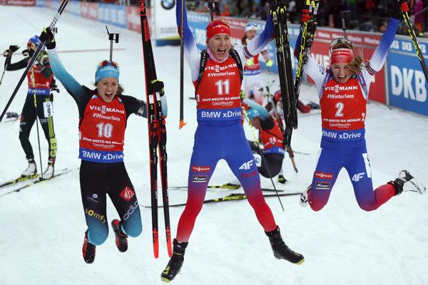 Anastasia Kuzminová (v strede) sa raduje z víťazstva, vpravo Paulína Fialková a vľavo Anais Chevalierová.
