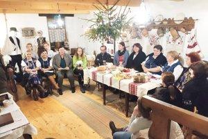 Takto sa obyvatelia dedinky Beluj zišli pri spievaní kolied.