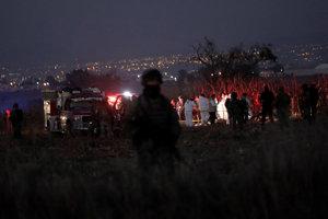 Polícia na mieste pádu lietadla.