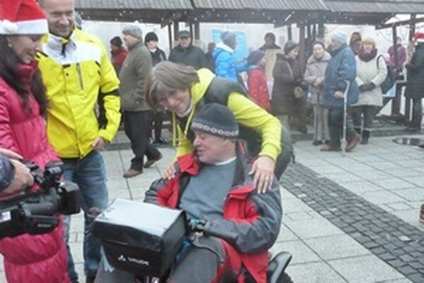 Dalibor Dalo Novotný v špeciálnom elektrickom vozíku, ktorý práve dostal.