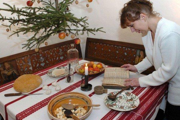 Stôl ako symbol jednoty. Každé jedlo na slávnostnom stole malo svoj význam. Množstvo zvykov pri stolovaní sa zachovalo aj dnes.