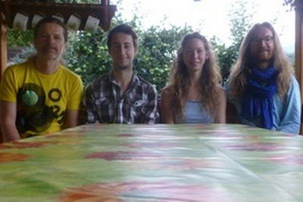 Na nahrávaní nového cédečka v plnej hudobnej zostave: zľava Svetlan, Andrej, Barborka a Petr.