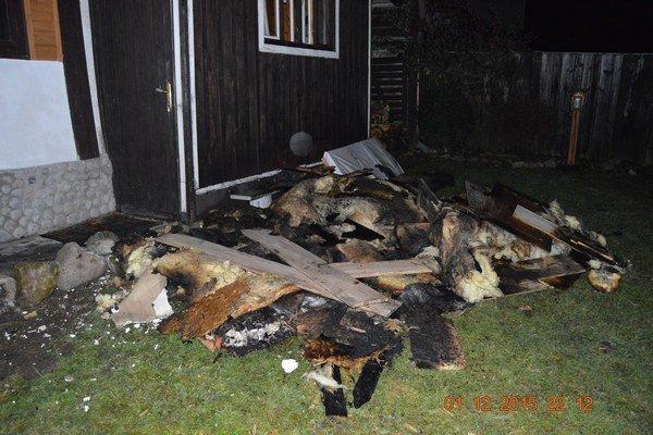Požiar sa rozšíril z krbu do podkrovia Zasahovali profesionálni a dobrovoľní hasiči. Zhorený dom strážili aj deň po požiari.