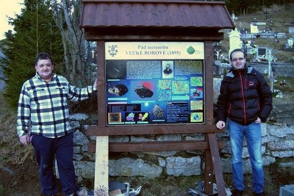 Vesmírny úkaz pripomína nová tabuľa. Starosta K. Jančura (vľavo) a vedec D. Ozdín (vpravo).
