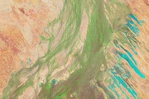 Povodie Eyrovho jazera pokrýva zhruba šestinu Austrálie. Avšak veľkú časť roka je to iba vyprahnutá púšť. Na zábere je povodie po výdatných dažďoch vo falošných farbách. Zelená naznačuje vegetáciu a modrá povodňovú vodu.