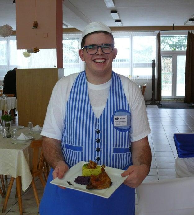 Erik Dudáš pripravil chutné kačacie stehno so štuchanými zemiakmi a dusenou červenou kapustou.