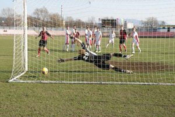 Víťazný gól Púchova dal z priameho kopu Jurga. Zákrok brankára Prošovského prišiel neskoro a dobiehajúci Ondrička (vľavo)už len sleduje, ako lopta končí v sieti R. Soboty.