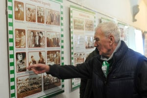 Na výstave, pri fotke Ladislava Adamca, ktorý trénoval aj Prešov a nedávno nás navždy opustil.